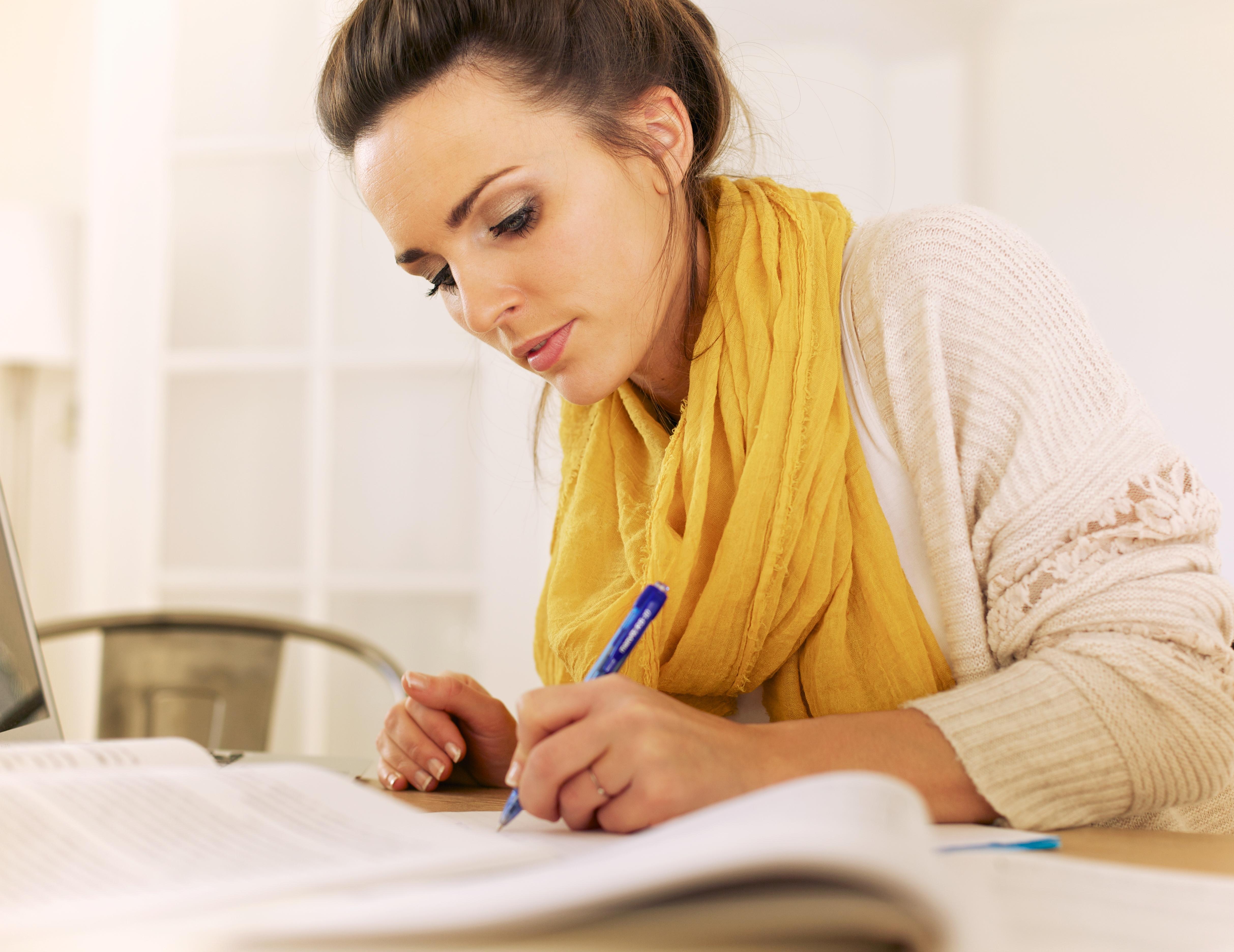 Kvinde laver research og skriver kategoritekster